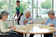食事をとる高齢者の方の画像