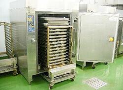 ブラストチラーを使用してチルド温度帯(0℃~5℃)に急速冷却します。