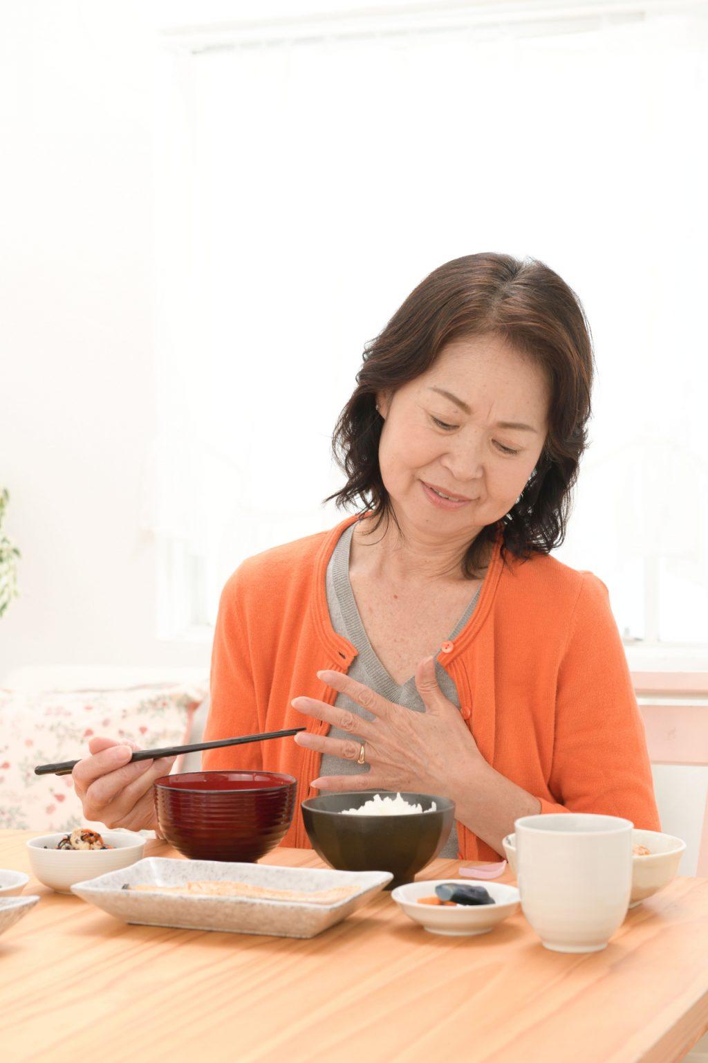 高齢者の嚥下障害について|原因・危険性・対処法まで詳しく解説