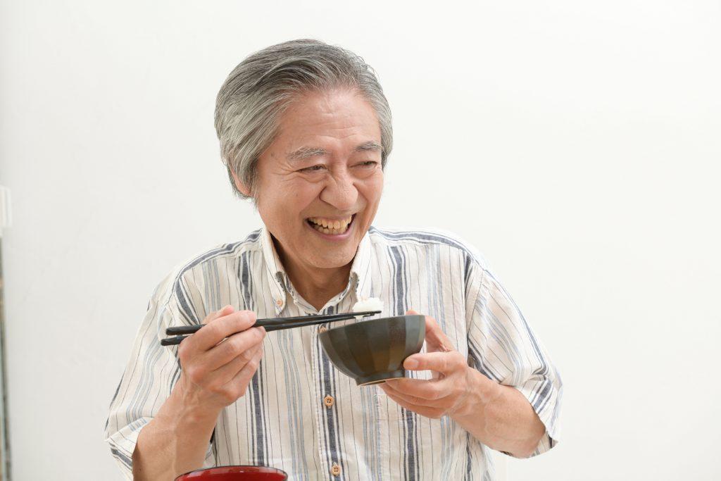入れ歯で食事を楽しむには?注意点・適切な食事について解説